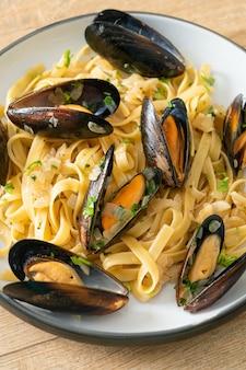 Linguine spaghetti pasta vongole sos z białego wina - włoski makaron z owocami morza z małżami i małżami