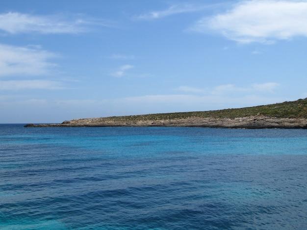 Linia brzegowa comino, malta pod błękitnym niebem