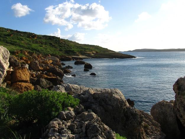 Linia brzegowa gozo na wyspach maltańskich, malta