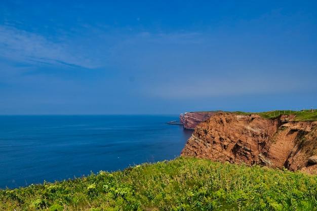 Linia brzegowa helgoland błękitne niebo i błękitne morze północne