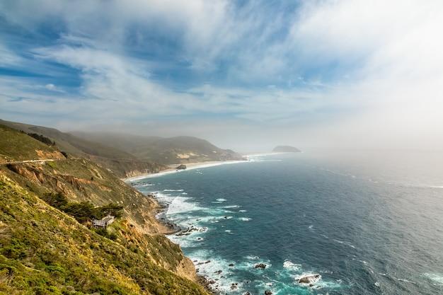 Linia brzegowa kalifornii w carmel-by-the-sea w wiosenny dzień