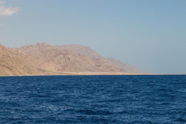 Linia brzegowa morza czerwonego i góry w tle. egipt, półwysep synaj.