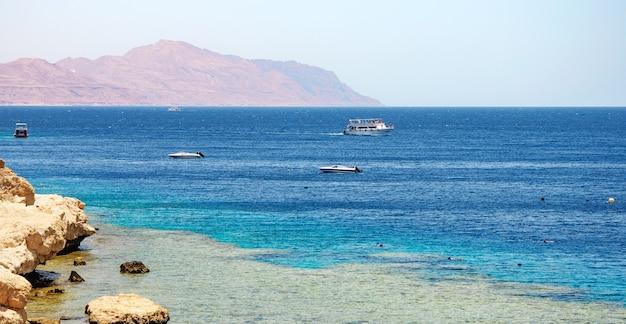 Linia brzegowa morza czerwonego w sharm el sheikh, egipt, synaj