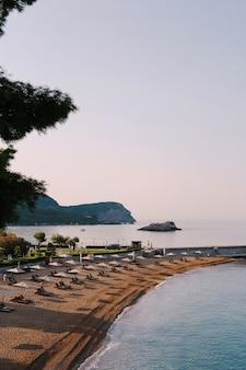 Linia brzegowa plaży w pobliżu wyspy sveti stefan czarnogóra