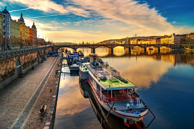 Linia brzegowa w pradze. wełtawa. architektura ulicy w pradze. widoki i zabytki republiki czeskiej. most palackiego.