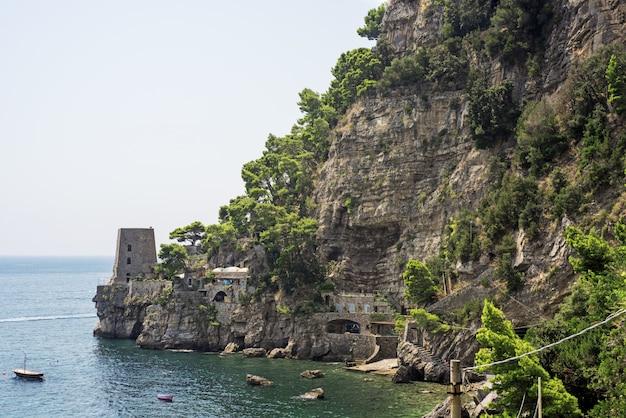Linia brzegowa włoskiego miasta positano.