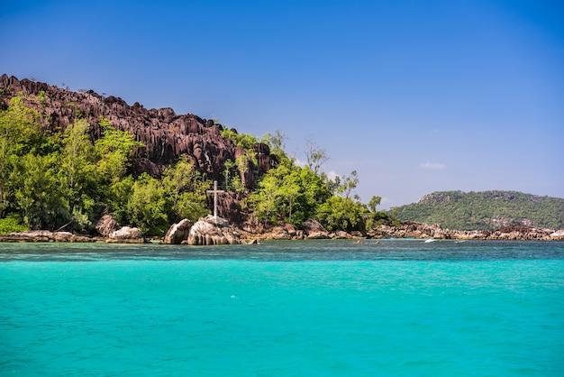 Linia brzegowa wyspy mahe, seszele. czyste, błękitne niebo