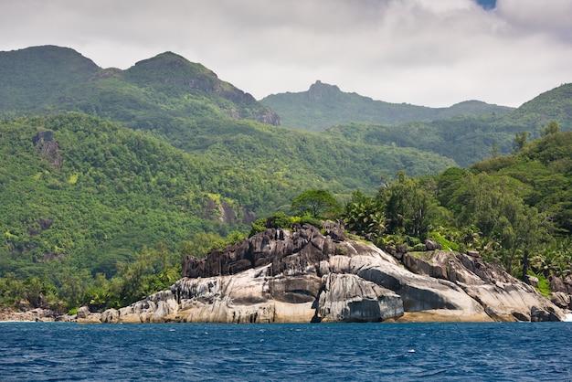 Linia brzegowa wyspy mahe, seszele w pochmurny dzień w styczniu