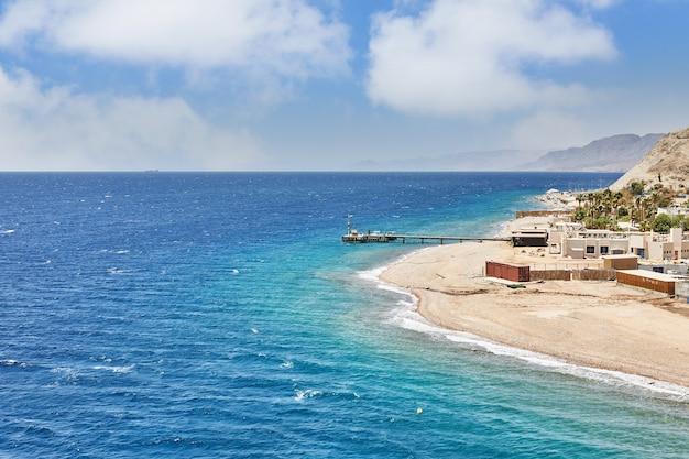 Linia brzegowa z górami i hotelami wzdłuż morza czerwonego w ejlacie.