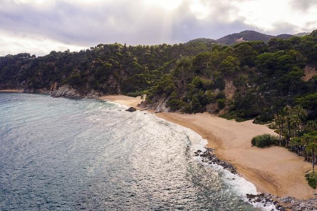 Linia brzegowa z plażą, dziewiczymi zatoczkami i klifami morskimi