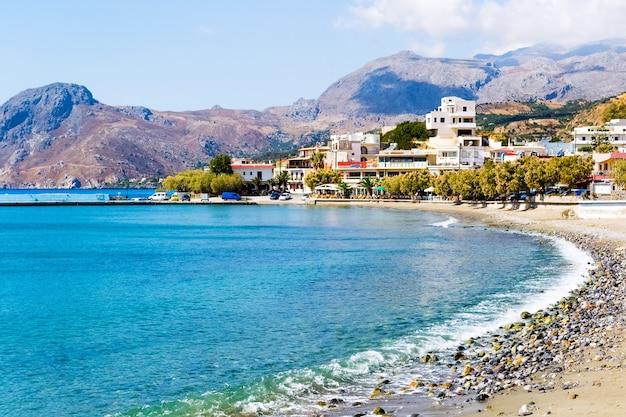Linia brzegowa z widokiem na góry - kreta, grecja