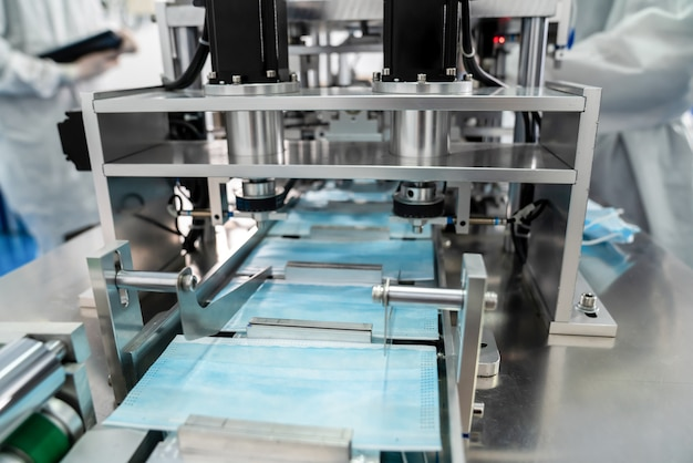 Linia do produkcji masek na twarz w nowoczesnej fabryce
