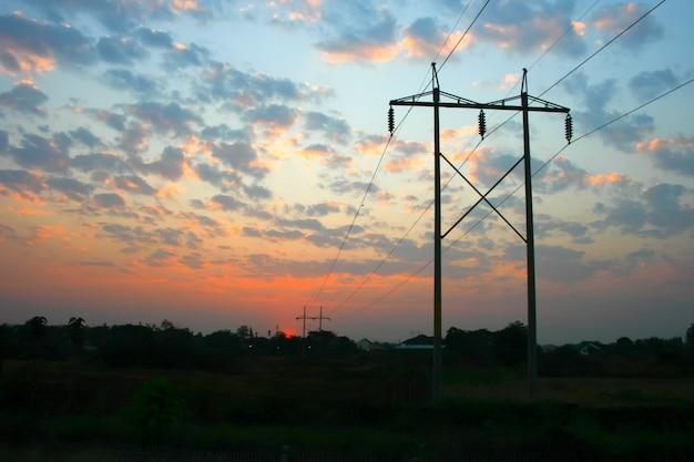 Linia elektroenergetyczna przesyłania na zachód słońca