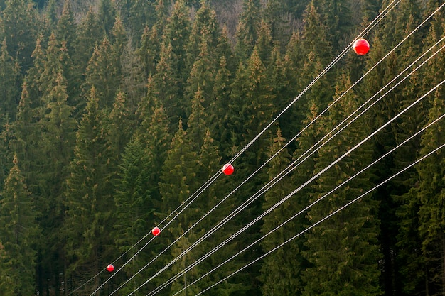 Linia energetyczna wysokiego napięcia z dużą piłką dla pilotów ostrzegawczych, samolotów latających nisko i helikoptera.