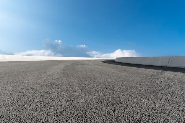 Linia horyzontu asfaltowy bruk, niebieskie niebo i biel chmura