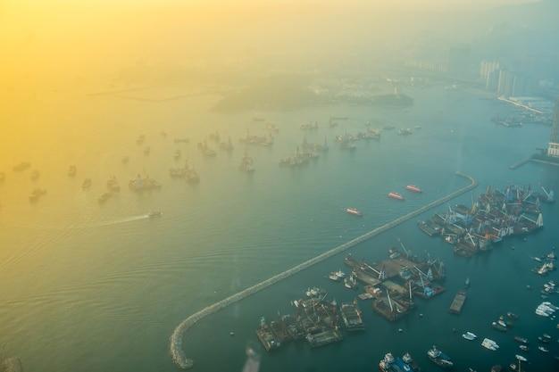 Linia horyzontu hong kong przy zmierzchem od nieba 100