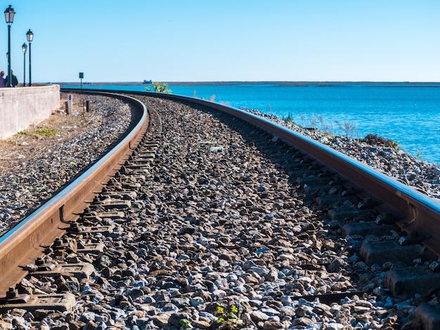 Linia kolejowa faro obok morza