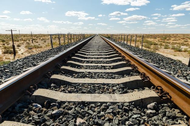 Linia kolejowa jednotorowa, tor kolejowy na stepie kazachstanu