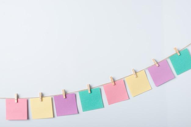 Linia kolorowych papierów do notatek na białym