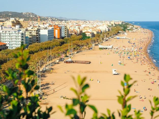 Linia plaży na costa brava w hiszpanii, sezon wakacyjny z hotelami