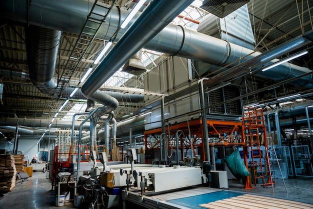 Linia produkcyjna fabryki podłóg drewnianych.