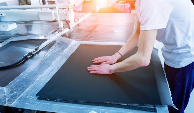Linia produkcyjna przemysłu tekstylnego. fabryka tekstyliów. proces dostosowywania pracy