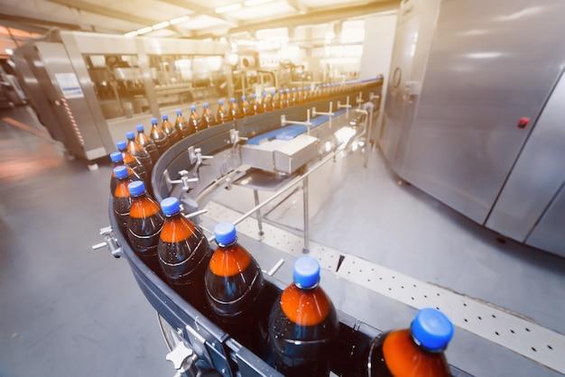 Linia przenośników browarniczych. automatyczna linia do rozlewu piwa.