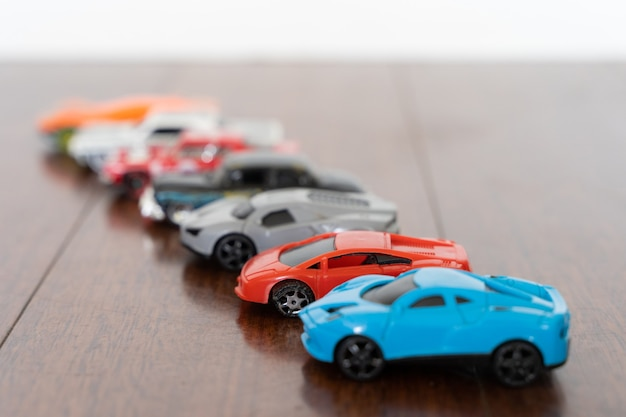 Linia samochodzików w różnych kolorach koncepcje kolekcji wyścigów wyścigowych