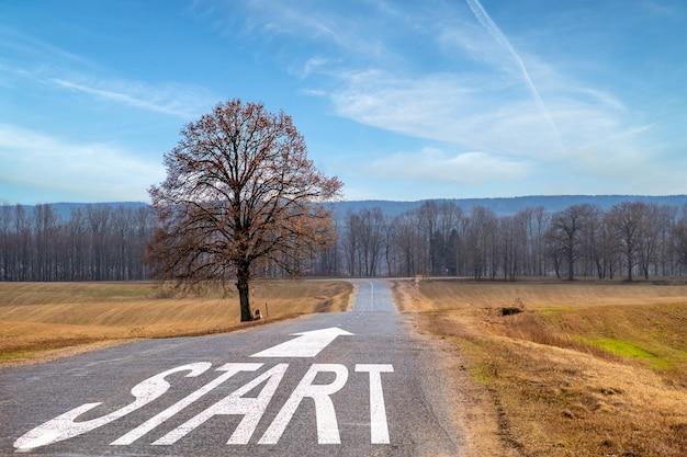 Linia startowa na autostradzie, znikająca w koncepcji odległości do planowania biznesowego