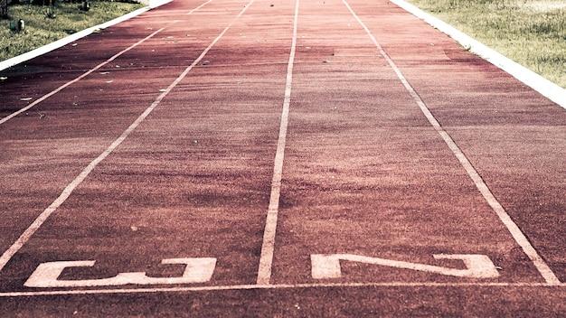 Linia startu na bieżni. bieżnia czerwona guma syntetyczna na stadionie lekkoatletycznym