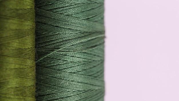 Linia zielonych szpul nici