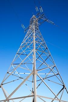 Linie elektroenergetyczne wysokiego napięcia - udało się wyobrazić sobie filary, przez które linie wysokiego napięcia, w dzień, niebo,