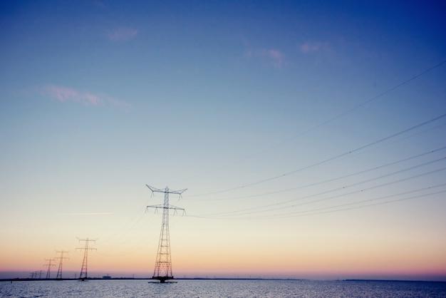 Linie energetyczne. świat piękna fantastyczny zachód słońca. ukraina europa.