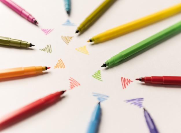 Linie wi-fi rysowane różnymi markerami na białym papierze