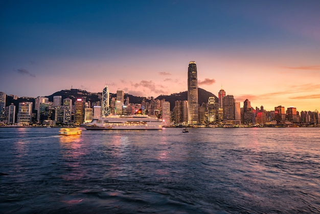 Linii horyzontu hong kong miasto przy zmierzchem