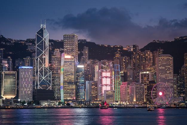 Linii horyzontu miasto hong kong przy zmierzchem