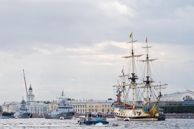 Liniowa fregata połtawa nad rzeką newą, centrum miasta.