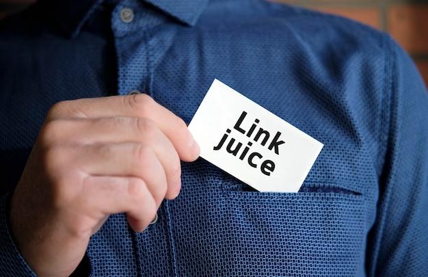 Link do tekstu soku na białym znaku w dłoni mężczyzny w koszuli