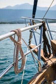 Linka cumownicza jest nawinięta na poręcz. przygotowanie do wypłynięcia na otwarte morze.