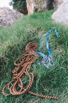 Liny i karabinki leżące w trawie