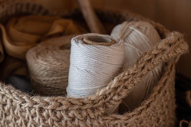Liny makramy, bawełny i konopi w motkach.