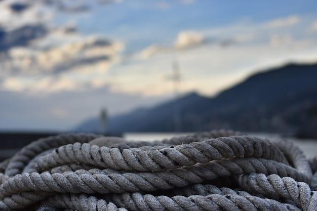 Liny rybackie piętrzyły się w małym porcie camogli w ligurii