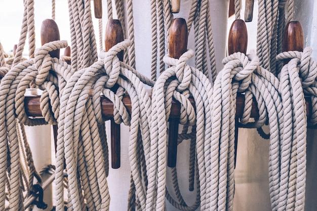 Liny statku przywiązane do masztu przed opuszczeniem żagli.
