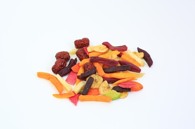 Liofilizowane kolorowe chrupiące owoce i warzywa na białym tle. mieszana sucha karma dla zdrowia