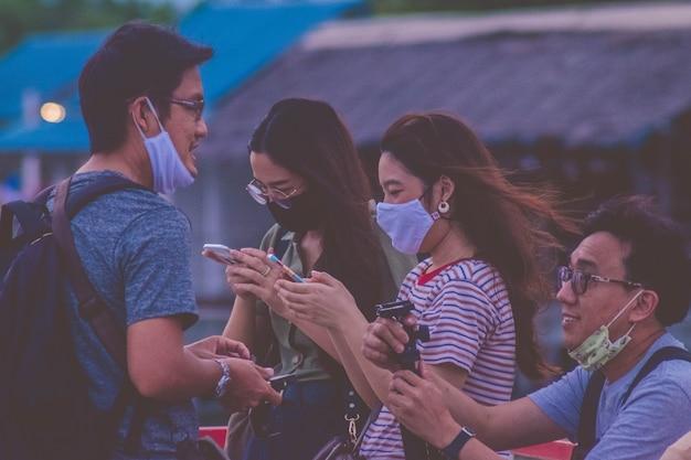 Lipiec 2020 bangkok tajlandia. młodzi ludzie noszą maskę podróżną w bangkoku .thailand new normal podczas covid 19 pendamic.