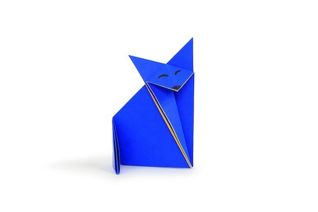 Lis papieru origami na białym tle. obraz ze ścieżką przycinającą