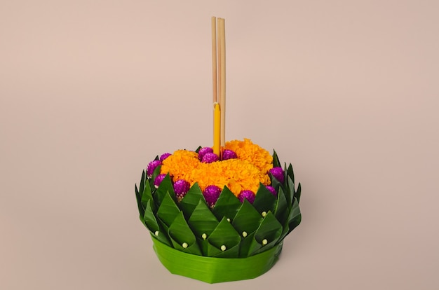 Liść bananowca krathong na księżyc w pełni tajlandii lub festiwal loy krathong.