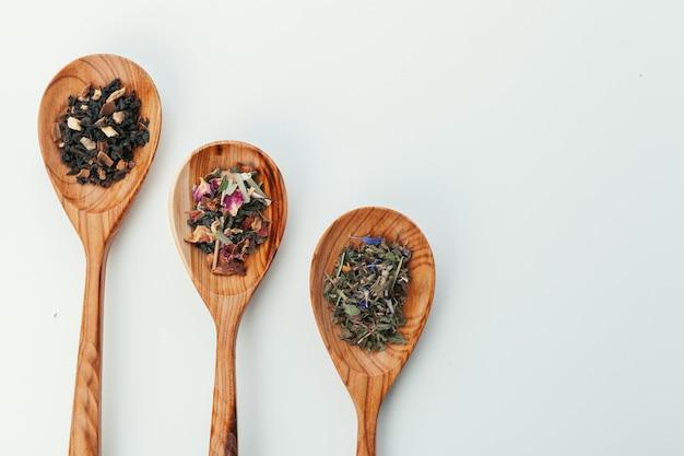 Liść herbata w drewnianej łyżce odizolowywającej