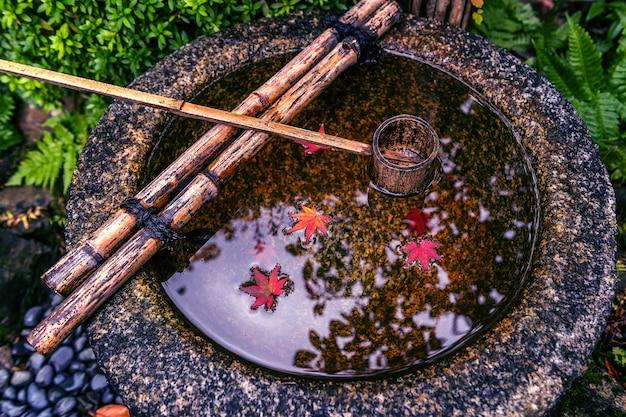 Liść jesieni unoszący się na wodzie.