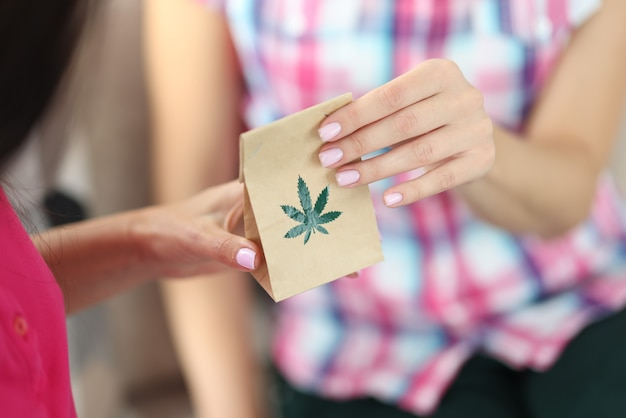 Liść marihuany na papierowej torbie.